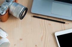 Γραφείο γραφείων με το σημειωματάριο εξοπλισμού τεχνολογίας, ταμπλέτα, κάμερα, Στοκ Φωτογραφία