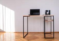 Γραφείο γραφείων σχεδίου γίνοντα †‹â€ ‹του ξύλου και του μετάλλου στοκ εικόνες με δικαίωμα ελεύθερης χρήσης