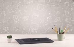 Γραφείο γραφείων σχεδίου με το υπόβαθρο σχεδίων Στοκ φωτογραφία με δικαίωμα ελεύθερης χρήσης