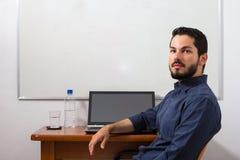 Γραφείο γραφείων Minimalistic με το λευκό πίνακα στην πλάτη Στοκ Φωτογραφία