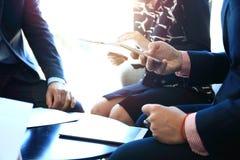 γραφείο διασκέψεων επιχειρησιακών εδρών που απομονώνεται πέρα από το λευκό Κινηματογράφηση σε πρώτο πλάνο των νέων που κάθονται σ Στοκ φωτογραφία με δικαίωμα ελεύθερης χρήσης