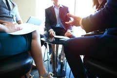 γραφείο διασκέψεων επιχειρησιακών εδρών που απομονώνεται πέρα από το λευκό Κινηματογράφηση σε πρώτο πλάνο των νέων που κάθονται σ Στοκ φωτογραφίες με δικαίωμα ελεύθερης χρήσης