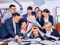 Γραφείο επιχειρηματιών Οι άνθρωποι ομάδας είναι δυστυχισμένοι με τον ηγέτη τους στοκ εικόνες με δικαίωμα ελεύθερης χρήσης