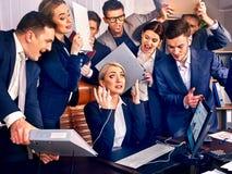 Γραφείο επιχειρηματιών Οι άνθρωποι ομάδας είναι δυστυχισμένοι με τον ηγέτη τους Στοκ Φωτογραφία