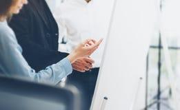 Γραφείο επιχειρησιακής συνεδρίασης Γυναίκα που παρουσιάζει πίνακα διαγραμμάτων ιδέας παρουσίασης Πλήρωμα διευθυντών απολογισμού φ Στοκ φωτογραφία με δικαίωμα ελεύθερης χρήσης