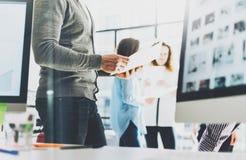 Γραφείο επιχειρησιακής συνεδρίασης Χέρια εγγράφων εκμετάλλευσης επιχειρηματιών φωτογραφιών Πλήρωμα διευθυντών απολογισμού φωτογρα Στοκ φωτογραφία με δικαίωμα ελεύθερης χρήσης