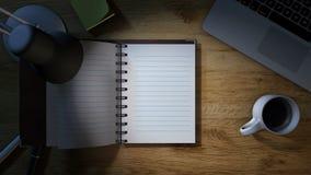 Γραφείο εργασίας με το σημειωματάριο που ανοίγει για τις σημειώσεις φιλμ μικρού μήκους