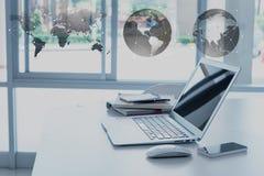 Γραφείο εργασίας με το lap-top, το smartphone, το βιβλίο σημειώσεων και το διοργανωτή, glob στοκ εικόνα με δικαίωμα ελεύθερης χρήσης