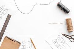 Γραφείο εργασίας ραφτών ` s Σχέδιο του ιματισμού και των εργαλείων στην άσπρη τοπ άποψη υποβάθρου copyspace Στοκ Εικόνες