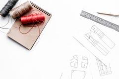 Γραφείο εργασίας ραφτών ` s Σχέδιο του ιματισμού και των εργαλείων στην άσπρη τοπ άποψη υποβάθρου copyspace Στοκ εικόνα με δικαίωμα ελεύθερης χρήσης