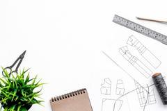 Γραφείο εργασίας ραφτών ` s Σχέδιο του ιματισμού και των εργαλείων στην άσπρη τοπ άποψη υποβάθρου copyspace Στοκ φωτογραφίες με δικαίωμα ελεύθερης χρήσης