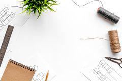 Γραφείο εργασίας ραφτών ` s Σχέδιο του ιματισμού και των εργαλείων στην άσπρη τοπ άποψη υποβάθρου copyspace Στοκ Εικόνα