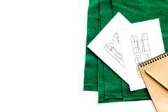 Γραφείο εργασίας ραφτών ` s Σχέδιο του ιματισμού και των εργαλείων στην άσπρη τοπ άποψη υποβάθρου copyspace Στοκ φωτογραφία με δικαίωμα ελεύθερης χρήσης