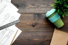 Γραφείο εργασίας ραφτών ` s Σχέδιο του ιματισμού και των εργαλείων στη σκοτεινή ξύλινη τοπ άποψη υποβάθρου copyspace Στοκ Φωτογραφίες