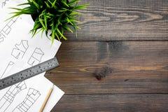 Γραφείο εργασίας ραφτών ` s Σχέδιο του ιματισμού και των εργαλείων στη σκοτεινή ξύλινη τοπ άποψη υποβάθρου copyspace Στοκ φωτογραφία με δικαίωμα ελεύθερης χρήσης
