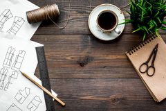 Γραφείο εργασίας ραφτών ` s Σχέδιο του ιματισμού και των εργαλείων στη σκοτεινή ξύλινη τοπ άποψη υποβάθρου copyspace Στοκ φωτογραφίες με δικαίωμα ελεύθερης χρήσης