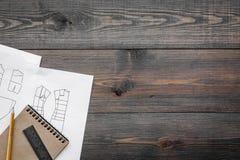 Γραφείο εργασίας ραφτών ` s Σχέδιο του ιματισμού και των εργαλείων στη σκοτεινή ξύλινη τοπ άποψη υποβάθρου copyspace Στοκ εικόνες με δικαίωμα ελεύθερης χρήσης
