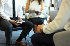 γραφείο διασκέψεων επιχειρησιακών εδρών που απομονώνεται πέρα από το λευκό Κινηματογράφηση σε πρώτο πλάνο των νέων που κάθονται σ Στοκ Εικόνες