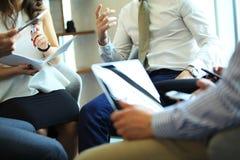 γραφείο διασκέψεων επιχειρησιακών εδρών που απομονώνεται πέρα από το λευκό Κινηματογράφηση σε πρώτο πλάνο των νέων που κάθονται σ Στοκ Εικόνα