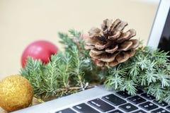 Γραφείο κατά τη διάρκεια των διακοπών με τις διακοσμήσεις Χριστουγέννων και μια μάνδρα και ένα σημειωματάριο Στοκ εικόνα με δικαίωμα ελεύθερης χρήσης