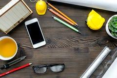 Γραφείο κατασκευής με τα εργαλεία αρχιτεκτόνων στην ξύλινη τοπ άποψη υποβάθρου Στοκ Φωτογραφία