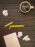 Γραφείο, καφές, σπασμένο μολύβι, άσπρο σημειωματάριο Στοκ φωτογραφίες με δικαίωμα ελεύθερης χρήσης