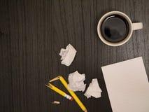 Γραφείο, καφές, σπασμένο μολύβι, άσπρο σημειωματάριο Στοκ Φωτογραφίες