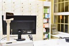 Γραφείο μετρητών - υπολογιστής και όργανο ελέγχου σε ένα φαρμακείο Εσωτερικό του φαρμάκου και του καταστήματος βιταμινών Φάρμακα  στοκ εικόνα