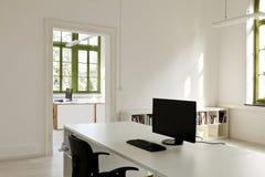 Γραφείο με τα έπιπλα, υπολογιστής στοκ εικόνα με δικαίωμα ελεύθερης χρήσης