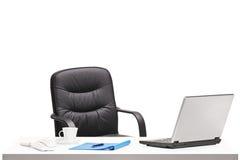 Γραφείο με την έδρα, το lap-top και άλλα αντικείμενα γραφείων Στοκ φωτογραφίες με δικαίωμα ελεύθερης χρήσης
