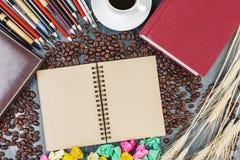 Γραφείο με το σημειωματάριο και τον καφέ Στοκ φωτογραφία με δικαίωμα ελεύθερης χρήσης