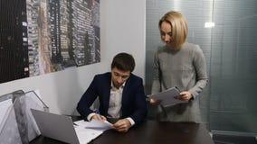 γραφείο Ο θηλυκός γραμματέας βάζει τα κύρια έγγραφα που υπογράφονται Πυροβοληθείς σε 4 Κ απόθεμα βίντεο