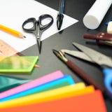 Γραφείο που καλύπτεται με τα πολλαπλάσια χαρτικά Στοκ φωτογραφία με δικαίωμα ελεύθερης χρήσης