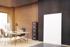Γραφείο πόλεων της Νέας Υόρκης με την κάθετη αφίσα κοντά στο μαύρο τοίχο, που τονίζεται Στοκ φωτογραφία με δικαίωμα ελεύθερης χρήσης