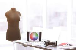 Γραφείο σε ένα ατελιέ του σχεδιαστή μόδας Φωτογραφία με το διάστημα αντιγράφων στοκ εικόνα με δικαίωμα ελεύθερης χρήσης