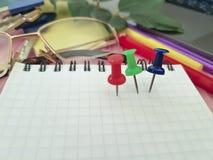 Γραφείο σημειωματάριων Pushpin, γυαλιά, επιχειρησιακά κλειδιά σχεδιαστών, σημειωματάριο σύγχρονο, χαρτικά Στοκ φωτογραφία με δικαίωμα ελεύθερης χρήσης