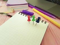 Γραφείο σημειωματάριων Pushpin, γυαλιά, επιχειρησιακό σημειωματάριο σχεδιαστών lap-top σύγχρονο, χαρτικά Στοκ φωτογραφία με δικαίωμα ελεύθερης χρήσης