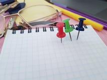 Γραφείο σημειωματάριων Pushpin, γυαλιά, χαρτικά επιχειρησιακών σημειωματάριων σχεδιαστών lap-top γραψίματος Στοκ εικόνα με δικαίωμα ελεύθερης χρήσης
