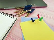 Γραφείο σημειωματάριων Pushpin, χαρτικά επιχειρησιακών σημειωματάριων σχεδιαστών κλειδιών lap-top γραψίματος Στοκ Φωτογραφίες