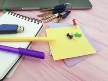 Γραφείο σημειωματάριων Pushpin, χαρτικά επιχειρησιακών σημειωματάριων σχεδιαστών lap-top γραψίματος Στοκ εικόνα με δικαίωμα ελεύθερης χρήσης