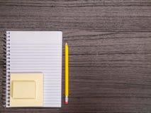 Γραφείο, σπειροειδές σημειωματάριο, κολλώδεις σημειώσεις, μολύβι Στοκ Φωτογραφίες