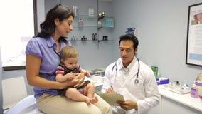 Γραφείο του γιατρού επίσκεψης μητέρων και μωρών απόθεμα βίντεο