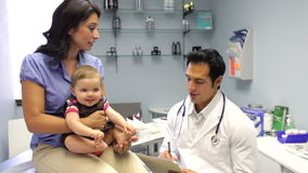 Γραφείο του γιατρού επίσκεψης μητέρων και μωρών φιλμ μικρού μήκους