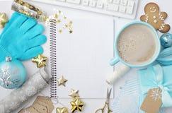 Γραφείο Υπουργείων Εσωτερικών Χριστουγέννων με τον υπολογιστή, σημειωματάριο, δώρα, branc στοκ φωτογραφίες με δικαίωμα ελεύθερης χρήσης
