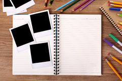 Γραφείο φοιτητών πανεπιστημίου με το κενό λεύκωμα φωτογραφιών και διάφορο πλαίσιο polaroid Στοκ φωτογραφία με δικαίωμα ελεύθερης χρήσης