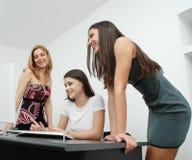 γραφείο 2 κοριτσιών Στοκ φωτογραφία με δικαίωμα ελεύθερης χρήσης