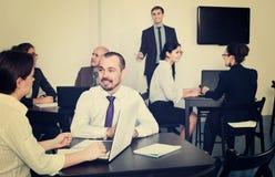 Γραφείο Employeesin στην επιχειρησιακή συνεδρίαση Στοκ φωτογραφία με δικαίωμα ελεύθερης χρήσης