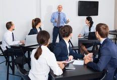Γραφείο Employeesin στην επιχειρησιακή συνεδρίαση Στοκ Εικόνες