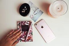 Γραφείο Girly με IPhone 6s Στοκ Φωτογραφίες