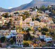 Γραφικά ζωηρόχρωμα σπίτια, παρόμοια με τη μαριονέτα symi νησιών της Ελλάδας Στοκ Εικόνες
